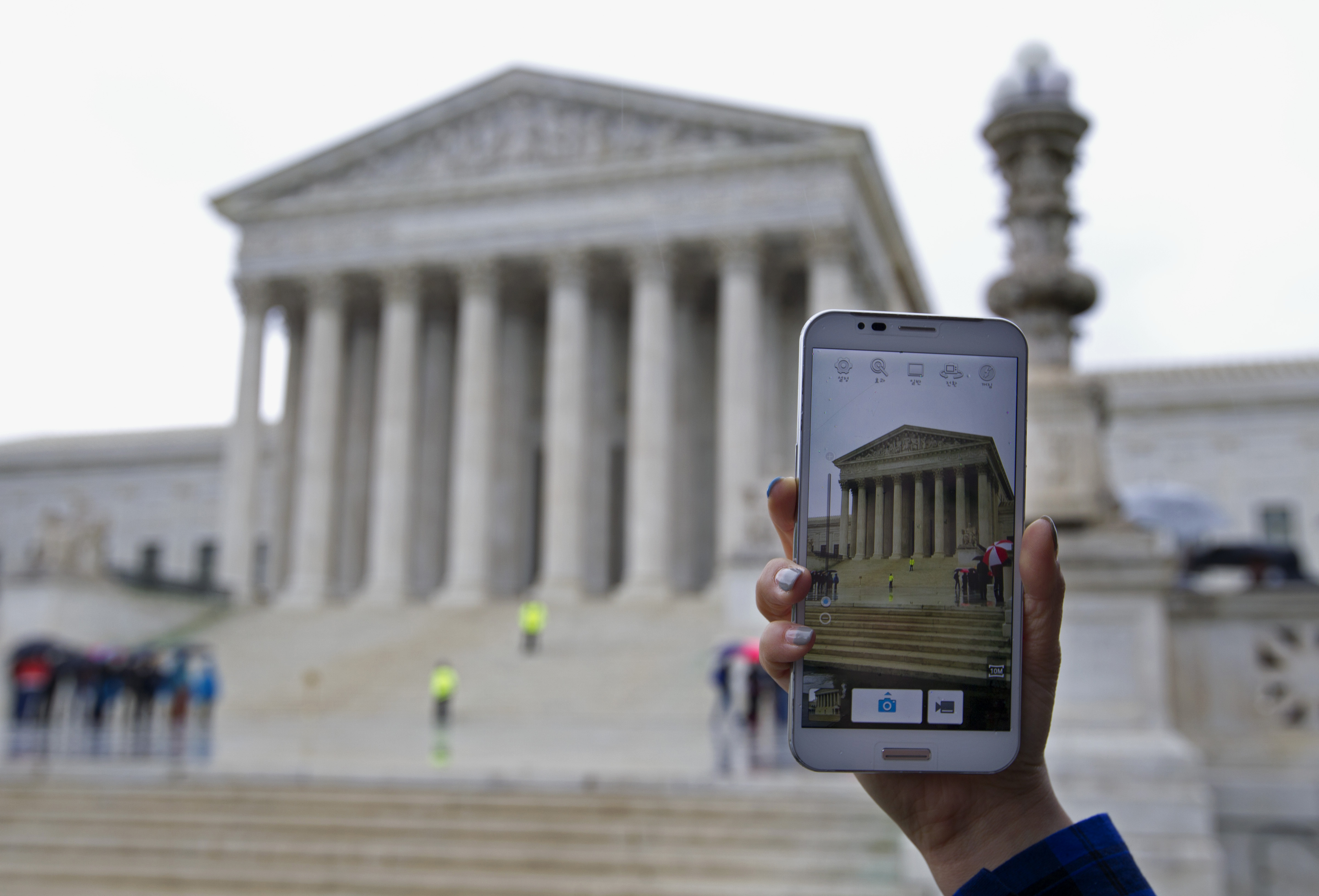 Supreme Court Says No to Warrantless Cellphone Searches by Police