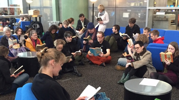 Silent reading protest at the University of Otago © Hamish McNeilly / Fairfax NZ